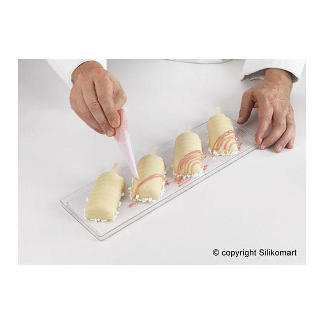 Realisation du decor sur la glace vanille a l'aide d'un cornet a ecriture