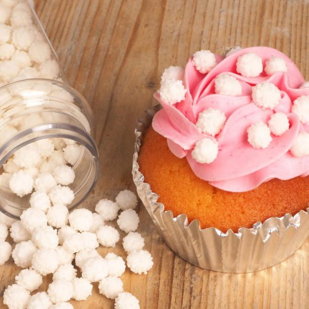 Cupcake decore avec decors en sucre Mimosa Blanc Funcakes
