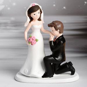 FIN DE SERIE Figurine Mariage Couple baise-main 16,5 cm