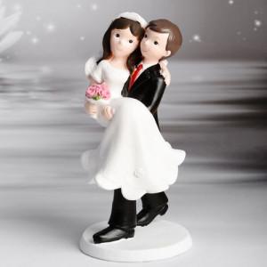 Figurine Mariage Jeunes mariés dans les bras 17,5 cm