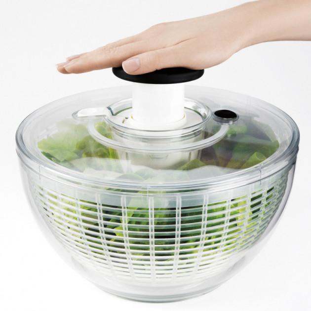 Exemple d'utilisation de l'essoreuse a salade Oxo transparente