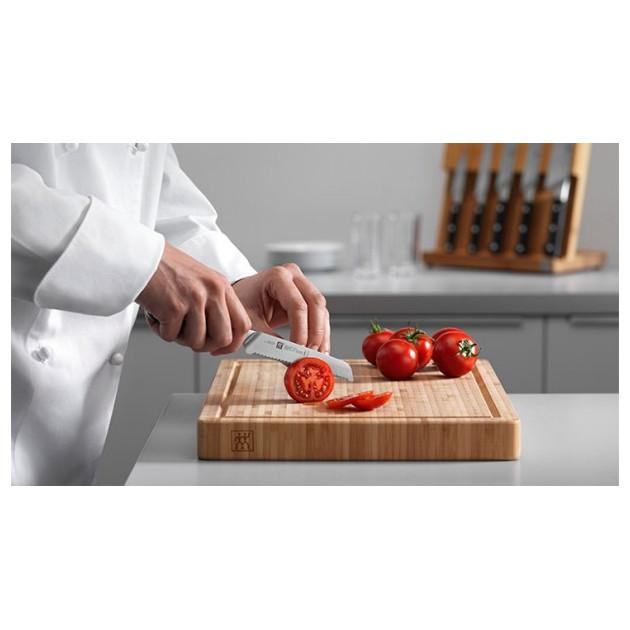 Decoupe de tomates avec le couteau universel Zwilling PRO