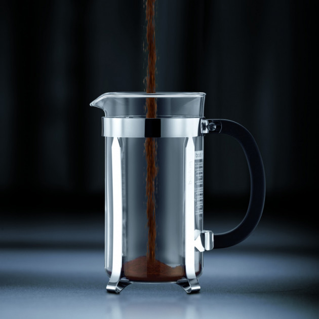 Verser le cafe moulu dans la cafetiere a piston Chambord