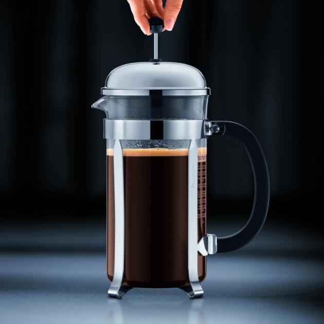 Laisser le cafe infuser quelques minutes avant de baisser le piston puis de servir