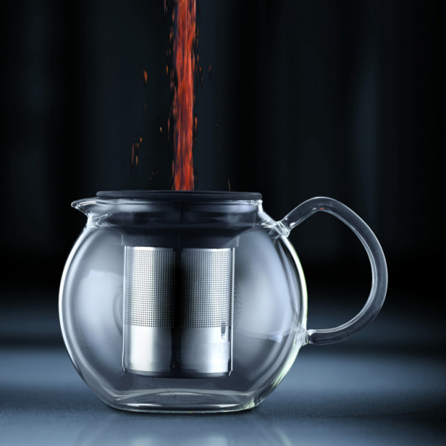 Verser le the en vrac dans le filtre inox de la theiere Bodum