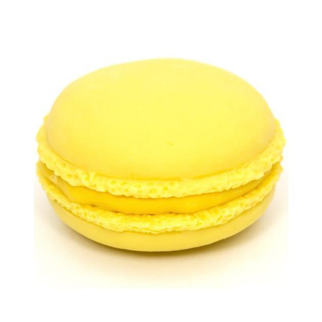Macaron realise avec du colorant alimentaire en poudre jaune Scrapcooking