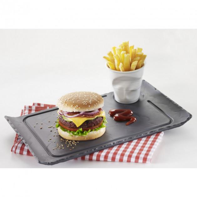 Service d'un burger sur une assiette en porcelaine Basalt Revol
