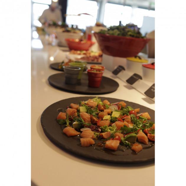 Mijote de legumes servis sur un plateau rond Basalt Revol