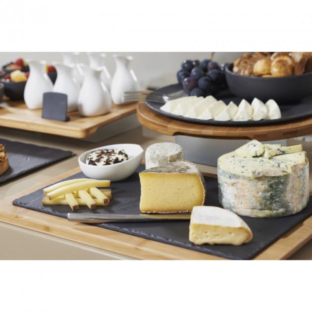 Plateau de fromage presente sur une assiette en porcelaine Basalt Revol