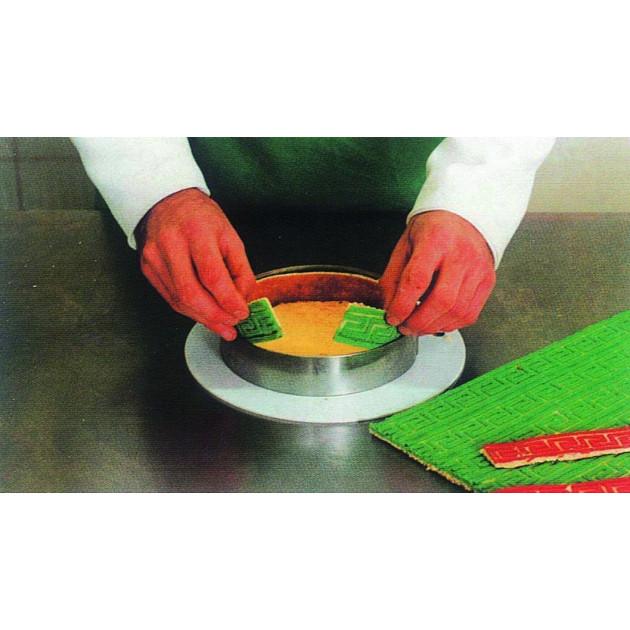 Tapis relief silicone - Couper les bandes de biscuit a votre gre. chemiser les cercles