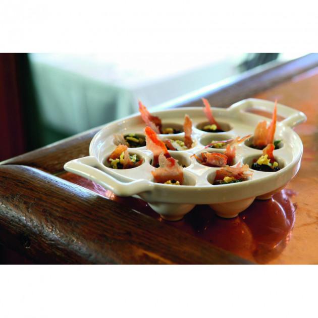 Escargots servis dans un plat a escargots en porcelaine Revol
