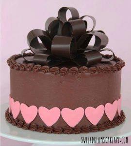 Gâteau d'anniversaire avec ruban et noeuds en chocolat