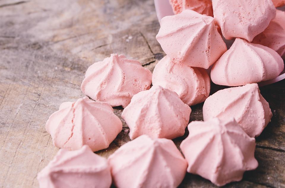 Découvrez la recette rapide et facile de la meringue française! Pour obtenir de belles meringues, la température de cuisson est à surveiller.