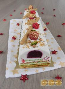 Succombez pour cette délieuse recette de bûche de Noël à la pistache, framboise et au chocolat blanc! On vous garantie un dessert de Noël digne de ce nom!