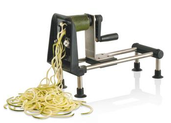 Découpe de légumes en spaghettis avec rouet à légumes
