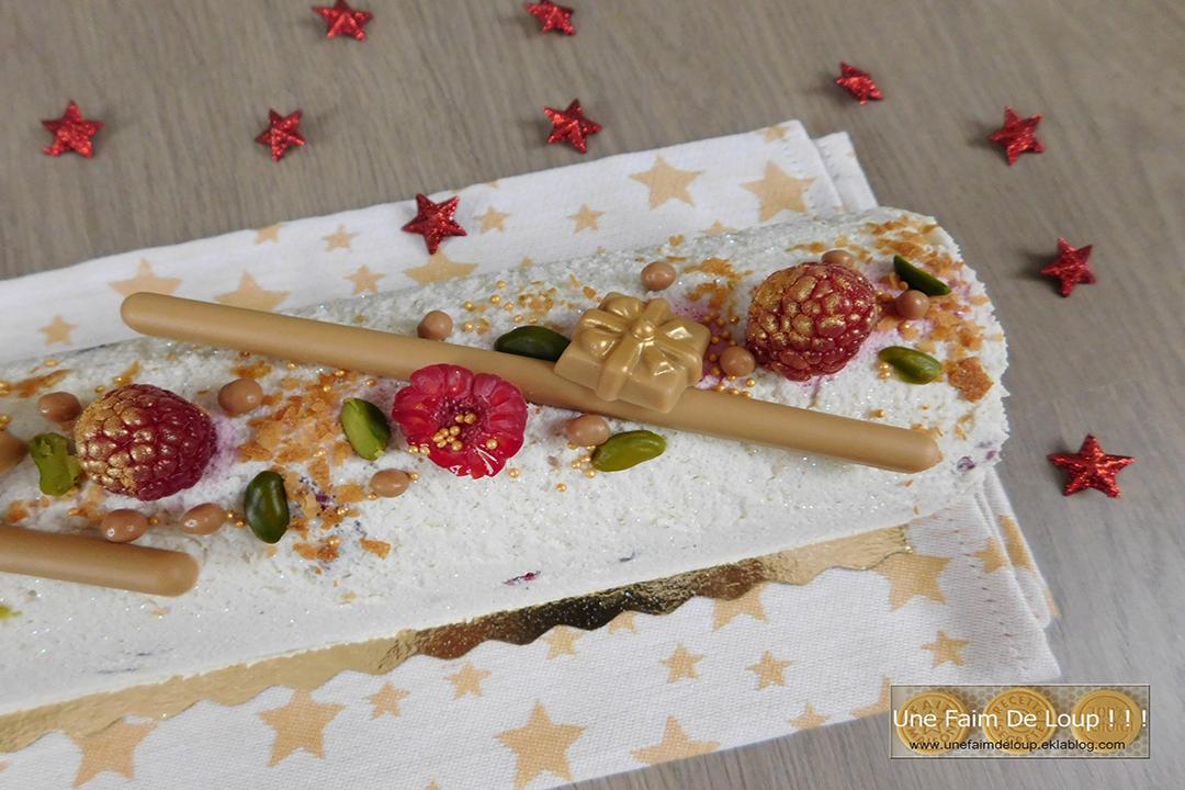 Succombez pour une délicieuse bûche de Noël à la pistache, au chocolat blanc et à la framboise !