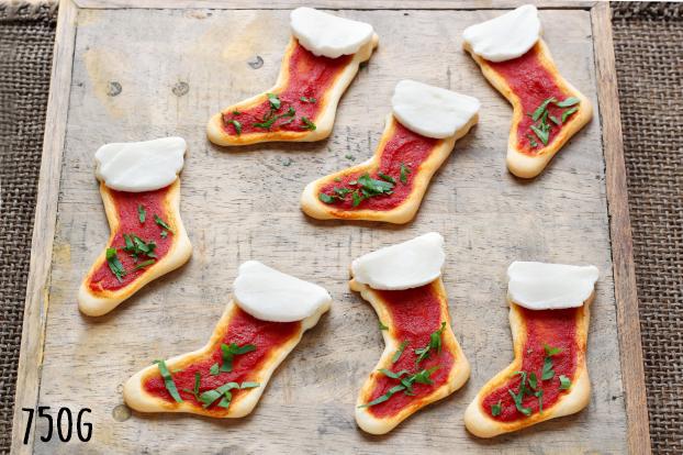 Mini Pizzas de Noël en forme de botte de Père Noël.