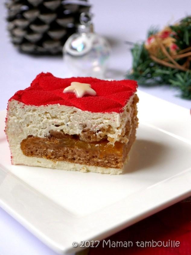 Part de gâteau de Noël coupée.