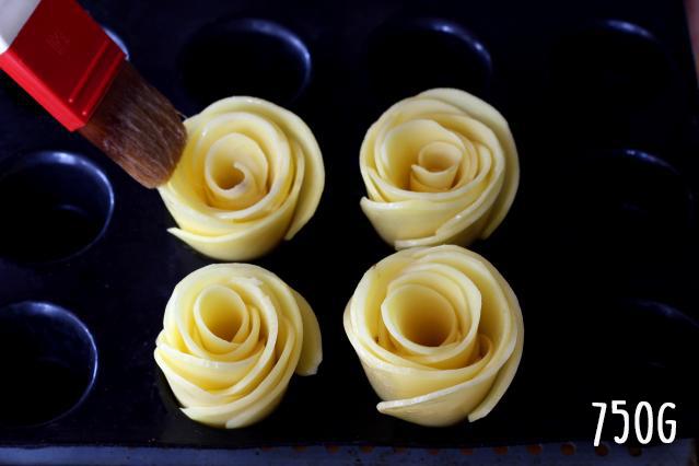 Étape 3 : Beurrez les roses et faire cuire.
