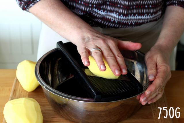 Étape 1 : Faire des lamelles de pomme de terre.