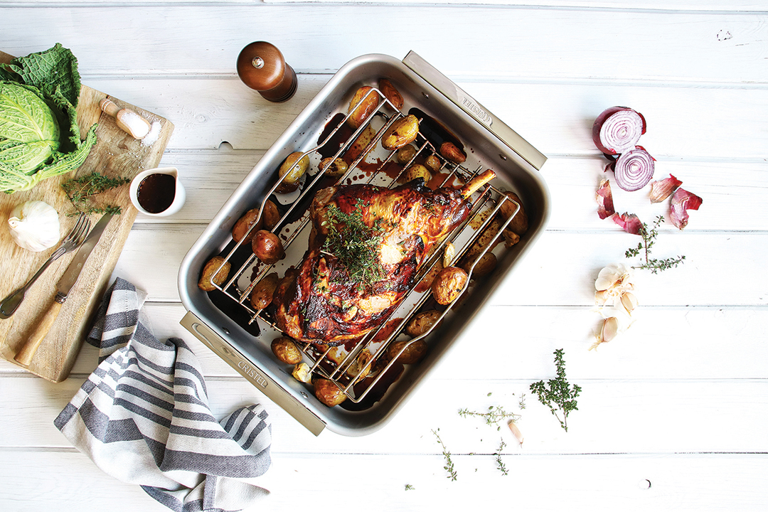 Optez pour une recette facile et savoureuse pour Pâques : le gigot d'agneau au thym et pommes de terre.