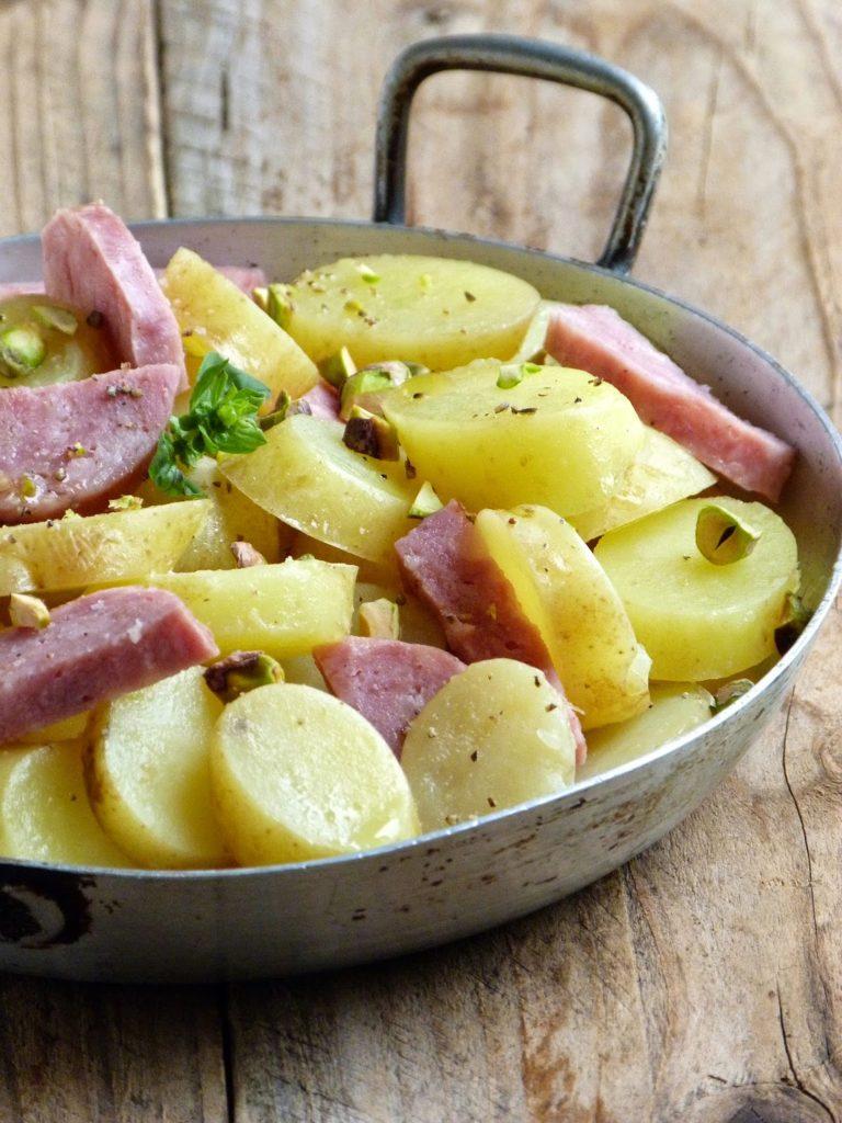 Salade de pommes de terre, saucisson Lyonnais et pistaches de Chic, Chic, Chocolat.