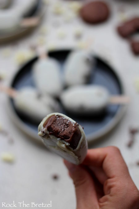 Glace au chocolat croquée