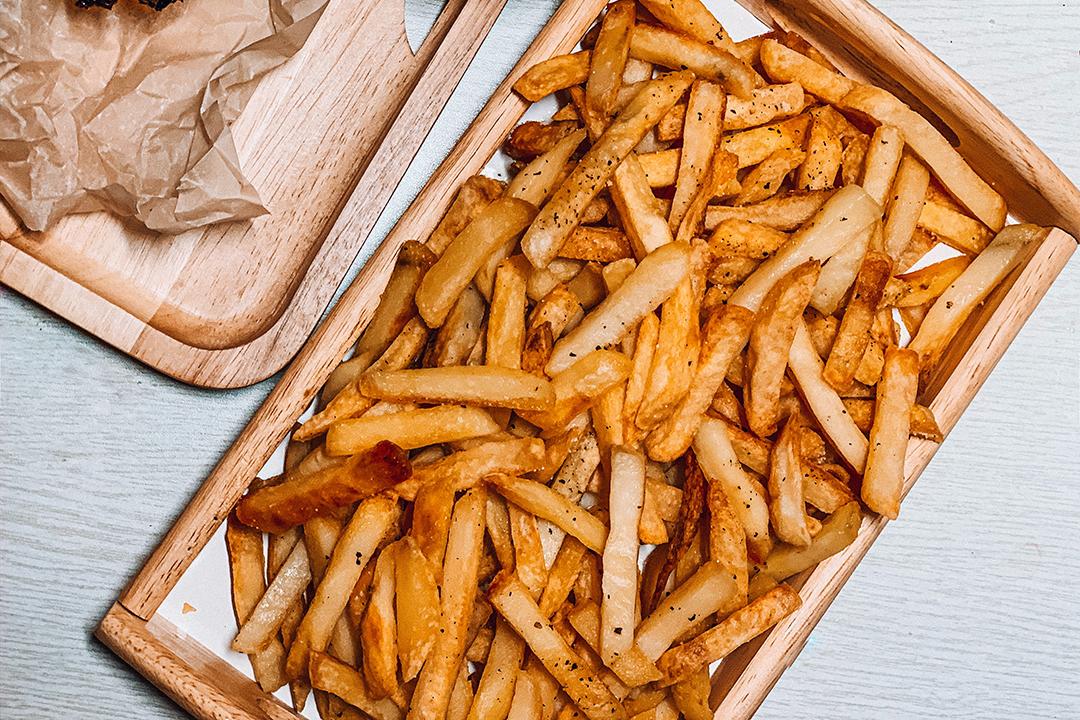 Découvrez tous les secrets des friteries du Nord et de Belgique pour faire des frites maison savoureuses.