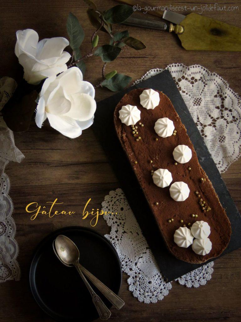 Entremets crémeux chocolat noir, mousse de marrons et pain d'épices.